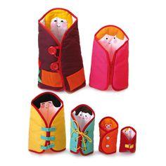6 jolies poupées de tailles différentes se rangeant les unes dans les autres comme des poupées russes. Chacune d'elles propose un type d'attache que l'enfant retrouve sur ses vêtements (lacet, bouton…) développant ainsi la motricité fine et l'autonomie. Dim. grande poupée : 34 cm. Petite poupée : 9,5 cm. Lavable en machine à 30°C. Dès 18 mois