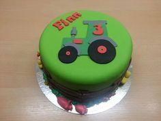 traktortaart met beestjes #cake #taart #baking #traktor #pigs #ducks #fondant