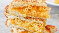 Elke maandag zorgen we voor een easy fix van vet en lekker eten. Het is nooit goed voor je, maarhet is altijd snel klaar en het smaakt veels te goed. Welkom bij Makkelijke Maandag! Met vandaag de mac and grilled cheese! Dat is Engels voor een tosti met kaas en macaroni.