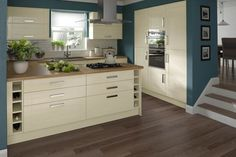 Cut Price Kitchens Valencia Kitchen. Shaker style door in a cream high gloss finish. Flat brushed stainless steel effect D-style handles are included. 15mm White MFC cabinet. www.cutpricekitchens.co.uk Cheap Kitchen, Kitchen Ideas, Kitchen Doors, Kitchen Cabinets, High Gloss Kitchen, Shaker Style Doors, Flat Brush, Brushed Stainless Steel, Valencia