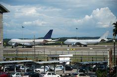 Es kling wie ein Aprilscherz im Dezember: Am Flughafen von Kuala Lumpur stehen drei gigantische Flugzeuge vom Typ Boeing 747 und niemand weiß, wem sie gehören.