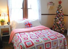 hopscotch lane: Granny Square Blanket Tah Dah! Becky says: Its a super simple granny square blanket. Each square is 7 rounds and the 4th and 7th round are always white. It is 6 squares wide and 7 squares long. The border is just double crochet with each color alternating with white.