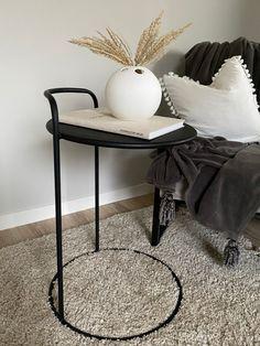 Mattsvart sidobord med stilren design Table, Furniture, Design, Home Decor, Interior Design, Design Comics, Home Interior Design, Desk, Tabletop