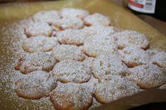 Pinienseufzer -  150g gemahlene Mandeln mit 1 TL geriebener Bio-Zitronenschale, 150g feinstem Zucker und 100g Pinienkernen vermischen.  2 Eiweiß mit einer Prise Salz schaumig schlagen, 1 TL Zitronensaft hinzugeben. Mandel-Pinienkern-Mischung unterheben.  Mit Teelöffeln kleine Teighäufchen formen und im vorgeheizten Ofen bei ca. 140° 16-18 min goldgelb backen. Nach Abkühlen mit Puderzucker bestäuben. #Italien #Weihnachtsplaetzchen #Kekse