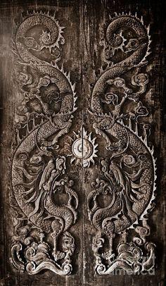 ♅ Detailed Doors to Drool Over ♅ art photographs of door knockers, hardware & portals - Antique wooden door Sculpt a Dragon God The age of approximately 200 years Cool Doors, Unique Doors, Knobs And Knockers, Door Knobs, Porte Cochere, Wooden Doors, Pine Doors, Doorway, Door Design