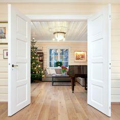 Skovin Gulv leverte et flott heltre eikegulv til en bolig på Jar. Brede bord i en hvitoljet farge passet perfekt til dette klassiske hjemmet.