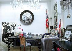 """<p style=""""text-align: justify;"""">Entre salon et atelier, la pièce regorge d'objets chinés et de créations réalisées par le maître des lieux <strong>Rory..."""