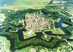 Google Afbeeldingen resultaat voor http://www.luxehuisopdeveluwe.nl/attachments/Image/naarden_vesting.jpg. Naarden ([ˈnaːrdə(n)] ( listen)) is a municipality and a town in the Gooi region in the province of North Holland in the Netherlands. Naarden is an example of a star fort, complete with fortified walls and a moat. The walls and the moat have been restored and are in a very good state.  Naarden was granted its city rights in 1300.
