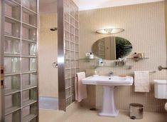 diseño de baño con espejo ovalado