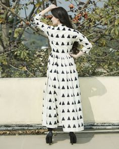 Classy and chic, this white triangular ikat cape is sure make heads turn. Comes with a mandarin collar neckline and buttons in front for closure. The front slit adds to the glam of the outfit