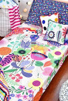 Quartinho compartilhado com roupa de cama @amomooui e projeto da arquiteta Gabi Marques. Em uma cama tem capa de edredom listra verde/é festa que combinou super bem com fronha bolota verde, formiga e almofadinha cruz preta. Na cama mais feminina tem lençol sonhos que é uma estampa rica em detalhes e flores diferentes. Detalhes na parede como adesivo gotas fazem toda a diferença! #quartocompartilhado #quartomooui  #quartocolorido #quartoparairmaos