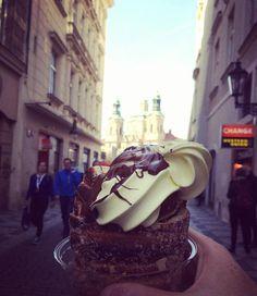 Comida típica que todo viajero no se puede perder en Praga. Codillo, costillas, sandwiches abiertos, cervezas y punch. Tips de restaurantes y direcciones.
