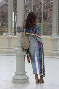 Wooooow I´m totally in love with this piece made of crochet by BELAO. Impresionante como le quedó este poncho-chal a BELAO, jo no tengo palabras para Hippie Crochet, Love Crochet, Crochet Granny, Crochet Motif, Crochet Shawl, Crochet Yarn, Crochet Patterns, Crochet Scarves, Crochet Clothes