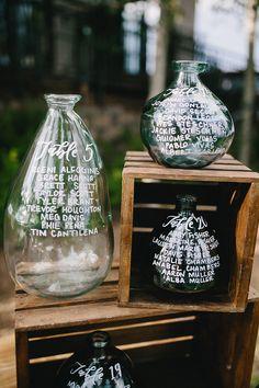 DIY-Dienstag: Ein Sitzplan aus Wein & Gin Flaschen Wir zeigen Euch drei DIY Ideen mit denen Ihr Euren Hochzeits Sitzplan ganz einfach und schnell aus Wein und Gin Flaschen selbst gestalten könnt.  #gin #sitzplan #hochzeitsideen #diydienstag #diywedding #diy #diys #diyideas #diyprojects #pinterestinspired #pinterestwin #doityourself #diyhochzeit #selbstgemacht #diyideen #hochzeit2018 #hochzeit2019 #hochzeit #hochzeitsblog #evetichwill #multikultihochzeit #multikulturellheiraten #multikulti