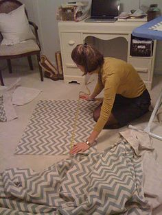 Crib bed skirt: use ties so it doesn't drag on the floor when you lower the … - Modern Crib Bed Skirt, Crib Skirts, Crib Bedding, Crib Mattress, Crib Skirt Tutorial, Girl Cribs, Baby Sewing Projects, Sewing Ideas, Baby Time