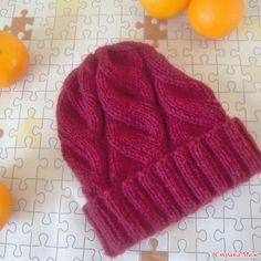 Доброго времени суток!  Связалось у меня тут несколько шапочек, хочу их вам показать.  Эту шапку связала еще в начале зимы, дочка с удовольствием ее носила.