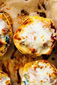 Make these easy spaghetti squash pizza bowls tonight! #winterrecipe #spaghettisquash #pizza #lowcarb #vegetarian