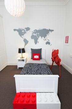 Chambre garçon blanc et gris + touches de rouge, briques lego | Lego boys bedroom by little liberty