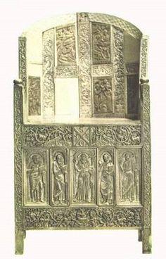 Bizancio. O trono de Maximiano é uma escultura em relevo de marfim projetado para uso da igreja, mas mostra a decoração rica e elegante do mobiliário bizantino. (O uso das cores era muito presente, tanto nas construções e objetos).