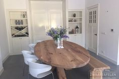 Houten kruispoot on-evenwijdig Oval Kitchen Table, Kitchen Table Makeover, Kitchen Seating, Oval Table, Dining Table Chairs, Kitchen Dining, Refinishing Kitchen Tables, Dining Room Inspiration, Dining Room Design