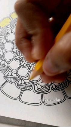 Mandala Doodle, Mandala Art Lesson, Mandala Artwork, Zen Doodle, Doodle Art Drawing, Mandala Drawing, Art Drawings Sketches Simple, Colorful Drawings, Doddle Art