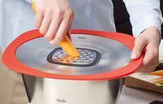 Fissler Q! - Multitalent - Das Platz sparende Set übernimmt in der Küche gleich mehrere tragende Rollen – als zuverlässiger Spritzschutz und Überkochschutz, als patenter Universaldeckel, einsatzfreudiger Hobel und als praktische Reibe. So bleiben beim Milch kochen, Möhren reiben oder Fleisch braten Herd und Arbeitsfläche schön sauber. Der breite Silikonmantel hält sicher auf Töpfen, Pfannen und Schüsseln; die Einsätze sind mit einem Klick sicher fixiert.
