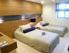 B219タイルで雰囲気を壁面の木パネルにタイルを間に入れることで、明るいながらも非日常の上質な雰囲気を与えます。