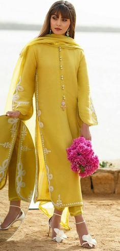 Dress Indian Style, Indian Fashion Dresses, Indian Designer Outfits, Designer Dresses, Muslim Fashion, Fashion Outfits, Simple Pakistani Dresses, Pakistani Dress Design, Embroidery Suits Design