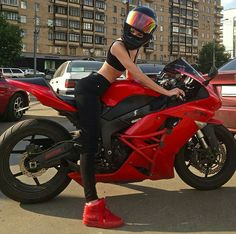 Image discovered by Captain Morgan. - Image discovered by Captain Morgan. Discover your own pictures (and save them! Motorbike Girl, Motorcycle Bike, Lady Biker, Biker Girl, Moto Cross, Captain Morgan, Sportbikes, Biker Chick, Street Bikes