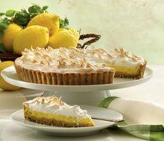 Frisk og lækker tærte med hasselnøddebund, skøn citroncreme og sprød marengs på toppen.