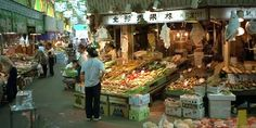 Ohmicho Market is a lively open-air food market near central Kanazawa that's patronized by both local household shoppers and restaurant professionals. Since the city of Kanazawa is famous for its excellent crab and other seafood