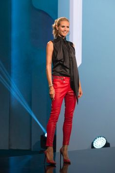 Red leather skinnies, stilettos, black blouse, black hoops and a ponytail. Forget the designers: Heidi Klum's look was my favorite this week on Project Runway! Celebrity Outfits, Celebrity Style, Victoria Secrets Angels, Lederhosen Outfit, Looks Style, My Style, Boho Outfits, Casual Outfits, Cooler Look