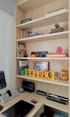 Não apenas de home office vive este ambiente! Muito bem aproveitado, ele ainda faz as vezes de closet, recheado de armários produzidos sob medida. Além de abrigar sob a janela uma escrivaninha com duas gavetas (1,30 x 0,60 m), o cômodo recebeu uma estante rasa, ideal para livros, enfeites e alguns utensílios de escritório.