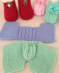 Best 11 There are many booties for baby, but it is easiest and beautiful booties with pearls to make. You can make them with the your preferred technique. Crochet it or knit it – it doesn't matter that much. Baby Booties Knitting Pattern, Loom Knitting Patterns, Crochet Baby Shoes, Crochet Baby Booties, Crochet Pattern, Free Pattern, Baby Slippers, Knitted Slippers, Knitted Baby Clothes