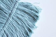 DIY Macramé Veer, Super Makkelijk en Fantastisch als Decoratie Feather Art, Macrame Projects, Loom Knitting, Diy Wall, Diy And Crafts, Projects To Try, Diys, Scouts, School