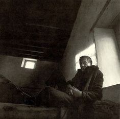 A wonderful photographic portrait of Andrew Wyeth in Brinton's Mill, Chadds Ford, c. 1970 by Arnold Newman. (I posted this photo as a tribute to the life and work of Andrew Wyeth. Andrew Wyeth Paintings, Andrew Wyeth Art, Jamie Wyeth, Nc Wyeth, Light And Shadow, Famous Artists, Art Music, American Artists, Art Studios