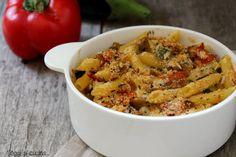 La pasta e verdure al gratin è un primo piatto al forno gustoso, preparato con verdure di stagione, mozzarella e pangrattato.