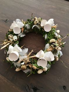 Easter wreath idea with broken eggs. Easter decorations for the home. Easter wreath idea with broken eggs. Easter decorations for the home. Creative and great Easter deco. Egg Crafts, Easter Crafts, Diy And Crafts, Wooden Crafts, Easter Decor, Corona Floral, Broken Egg, Free To Use Images, Deco Floral