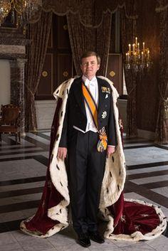 Zijne Majesteit Koning Willem-Alexander met koningsmantel, april 2013