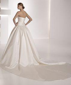 pronovias_georgia_wedding_dress  Buttons all the way down back to hem