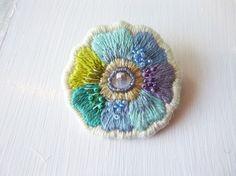刺繍糸で繊細に縫い上げた梅雨色の小花です。刺繍糸やビーズ、金糸を使って表情豊かな作品に仕上げました。※写真の画像より若干柔らかめのお色になります。淡い水色やエ...|ハンドメイド、手作り、手仕事品の通販・販売・購入ならCreema。 Beaded Embroidery, Embroidery Stitches, Hand Embroidery, Embroidery Designs, Fabric Brooch, Japanese Embroidery, Textile Jewelry, Crafty Craft, Stitch Patterns