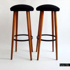 So simply... Retro skvost - barové židle čistých a jednoduchých tvarů... Jsou stabilní a velice pohodlné (uvnitř sedáku jsou péra, díky nimž židle mírně pruží), takže Vás bude při sezení na baru limitovat pouze Váš apetit a výdrž, nikoli pohodlí :-). Sedák je potažen černou luxusní látkou Amara Aquaclean, kterou velmi ráda používám, protože její údržba je ...