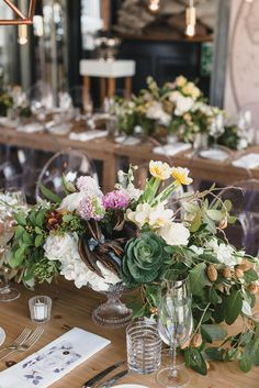Unique and gorgeous wedding reception flowers by @fleurlecordeur #wedding #weddingflowers #weddingdceor