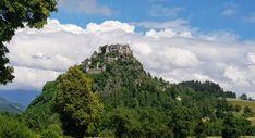 Die Burg Hochosterwitz besteht aus der Hochburg mit Burghof und Zierbrunnen, der Burgkirche und verschiedene Funktionsgebäude wie Schmiede und Zimmerei.  Heute kann man die Burg besichtigen, an einer der vielen Veranstaltungen wie Ritterfest, Konzerten oder dem Kinderfest teilnehmen, oder im Burgrestaurant die Kärntner Küche genießen.  #castles #amazing #carinthia #carinzia #hochosterwitz #castello Kirchen, Castle, Mountains, Nature, Travel, Dogs, Artists, Blacksmith Shop, National Forest
