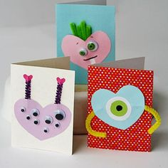 Monster Valentines It can be hard to find Valentine ideas that boys AND girls will like. These adorable monsters will appeal to everyone! The post Monster Valentines was featured on Fun Family Crafts. Saint Valentine, Valentine Gifts For Mom, Homemade Valentine Cards, Kinder Valentines, Valentines Day Party, Valentine Day Crafts, My Funny Valentine, Holiday Crafts, Valentine Ideas