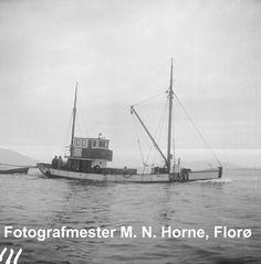 """Negativ 111. Snurparen M/K """"Ada I"""", H-6-SV, frå Strandvik kommune i Hordaland, kjem lasta inn til Florø for å melde inn ein fangst vintersild. Dette er ei såkalla (slepe-)snurpar, som er for liten til å ta notdoriane opp i davidar, men slepar dei i staden. Eigar av """"Ada I"""" var i 1956 Jan J. Vindenes, mfl., Vinnesleiren. Sailing Ships, Flora, Boat, Men, Dinghy, Plants, Boats, Guys, Sailboat"""