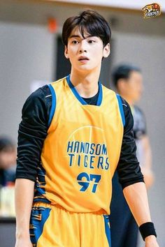 Recently, a series of photos of ASTRO's Cha Eunwoo burning it up on the basketball court have been circulating online and driving everyone wild. Cute Asian Guys, Asian Boys, Asian Men, Cute Guys, Handsome Korean Actors, Handsome Boys, Suho, Park Jiyeon, Park Jin Woo