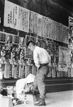 昭和25年、東京・新橋の靴磨き(1950年撮影) 【PANA=時事】