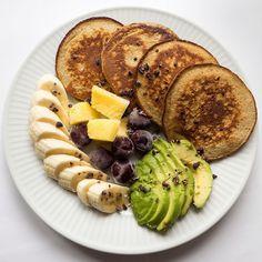 Langhelgen fortjener en bra start - god brunsj med bananpannekaker og frukt