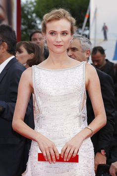Alfombra roja del estreno Everest del Festival de Cine de Venecia. Look de la actriz Diane Kruger luciendo un vestido blanco de Prada.